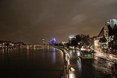 lichter Himmel über dem Mainufer