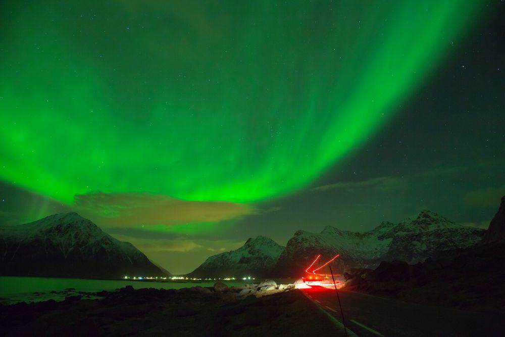 Lichter zwischen Strasse und Himmel