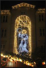...Lichtergeschmückte Gebäude......