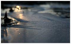 Lichtpunkte über blauem Eis