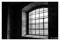 Lichtquelle - hinter Gittern