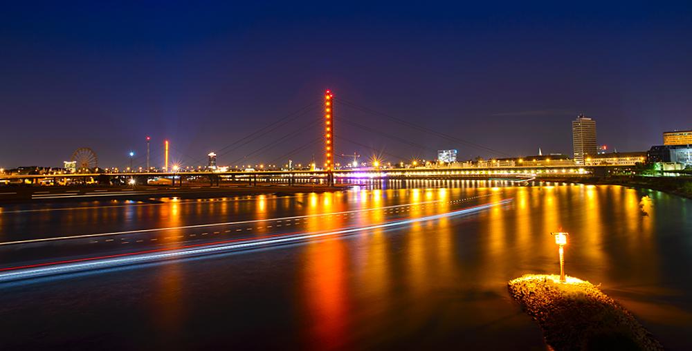 Lichtspuren auf dem Rhein