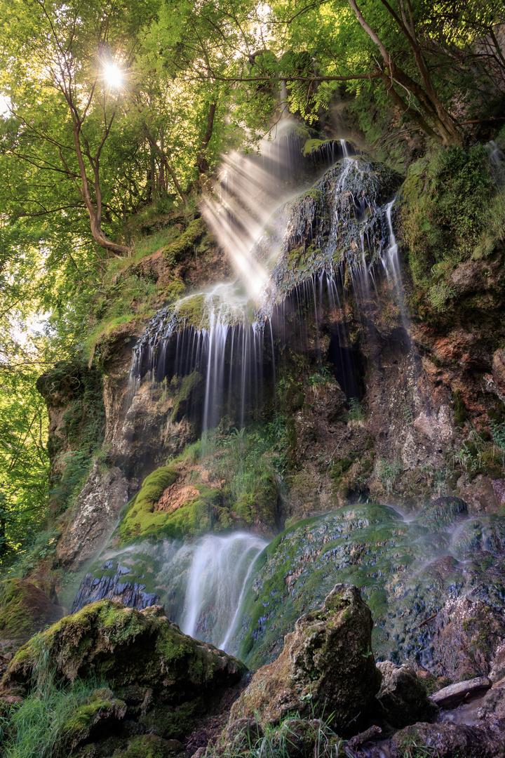 Lichtstrahlen am Uracher Wasserfall.