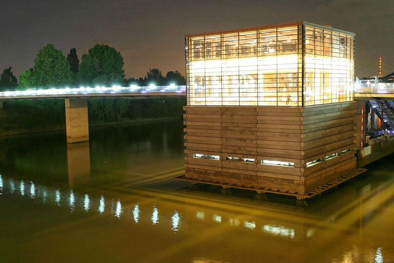 Lichtwürfel im Wasser
