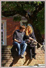 Liebe ist.....mit ihr auf einer Mauer zu sitzen (von vorne)