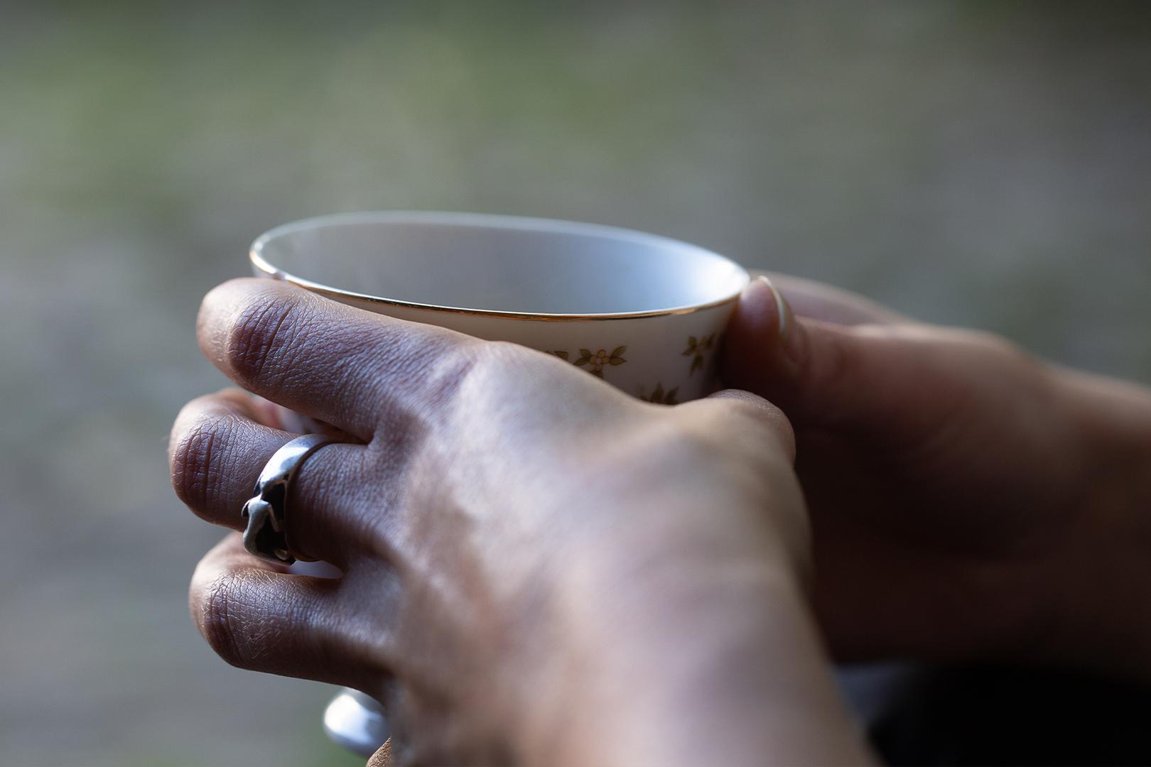 Lieber Kaffee in der Hand als Tee auf dem Herd
