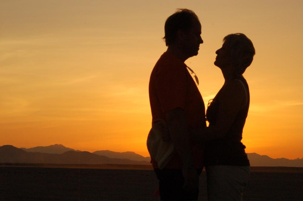 liebespaar im sonnenuntergang Foto & Bild