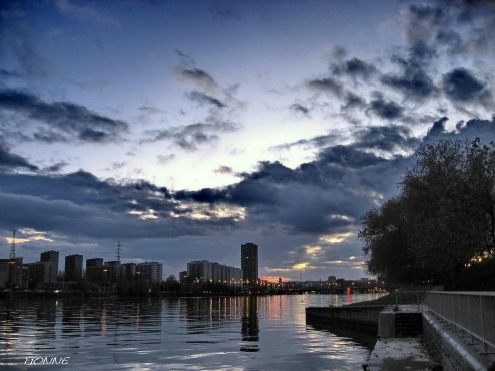 Liège ...La Meuse ....le soir.
