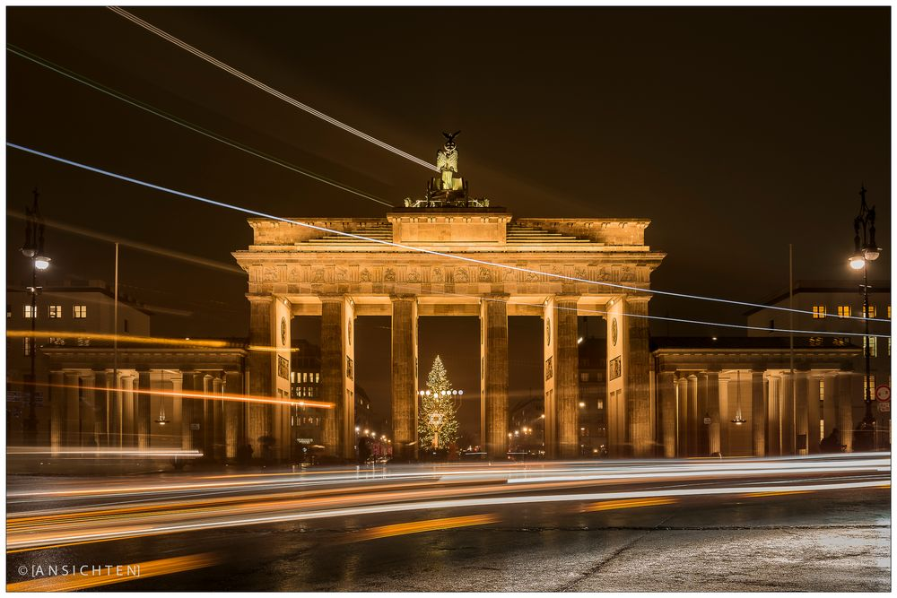 [lights of berlin - brandenburger tor - night passing by]