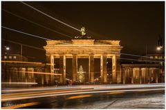 [lights of berlin - brandenburger tor - night passing by]