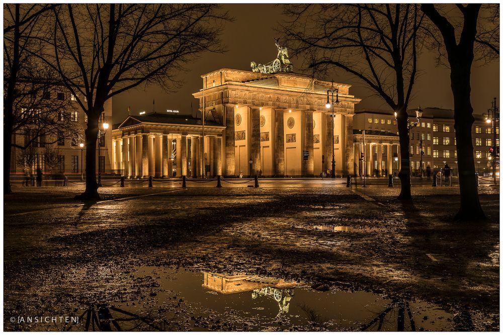 [lights of berlin - brandenburger tor - reflection]