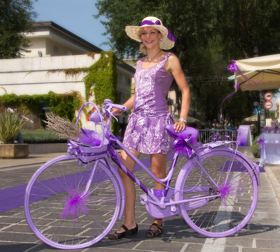 lila phase oder das m dchen mit dem fahrrad bild foto. Black Bedroom Furniture Sets. Home Design Ideas