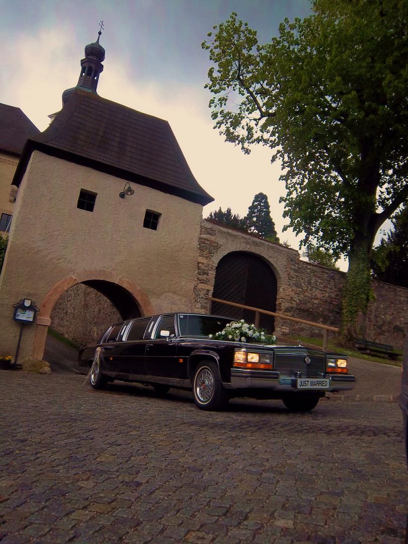 "Limousine vorm Eingangstor ""Schloss Gloggnitz"" NÖ"