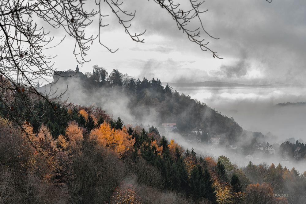 Lindenfels im Herbstnebel