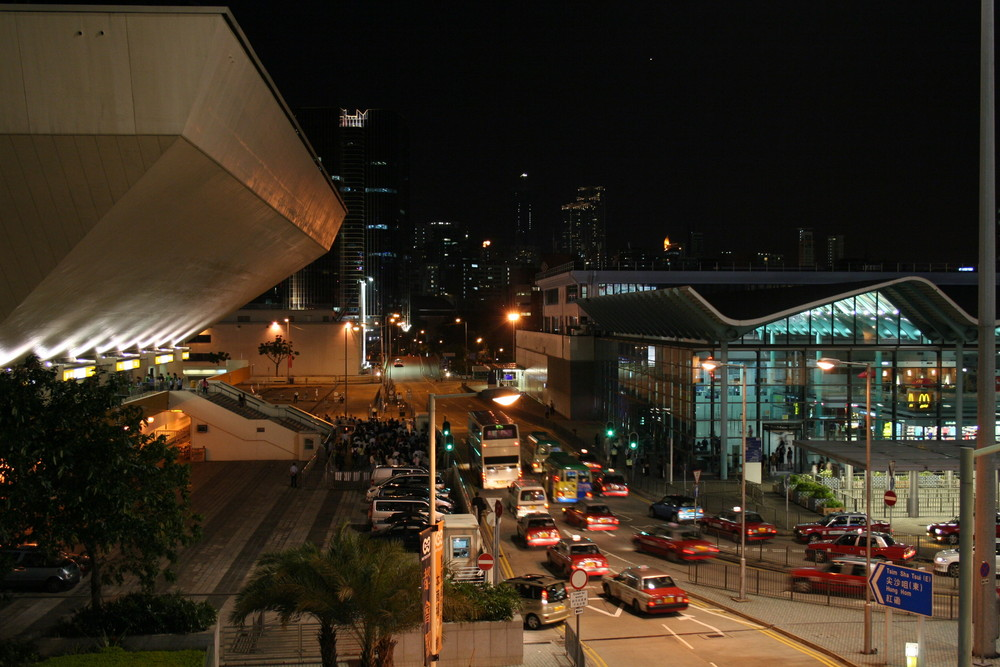 Links Concert Hall u.rechts der Bahnhof