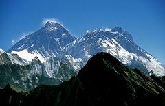 Links Everest (8848m), rechts Lhotse (8516m) vom Gipfel des Gokyo Ri (5330m)