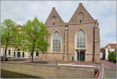 Links 'Stadsgehoorzaal' , rechts die 'Broederkerk'