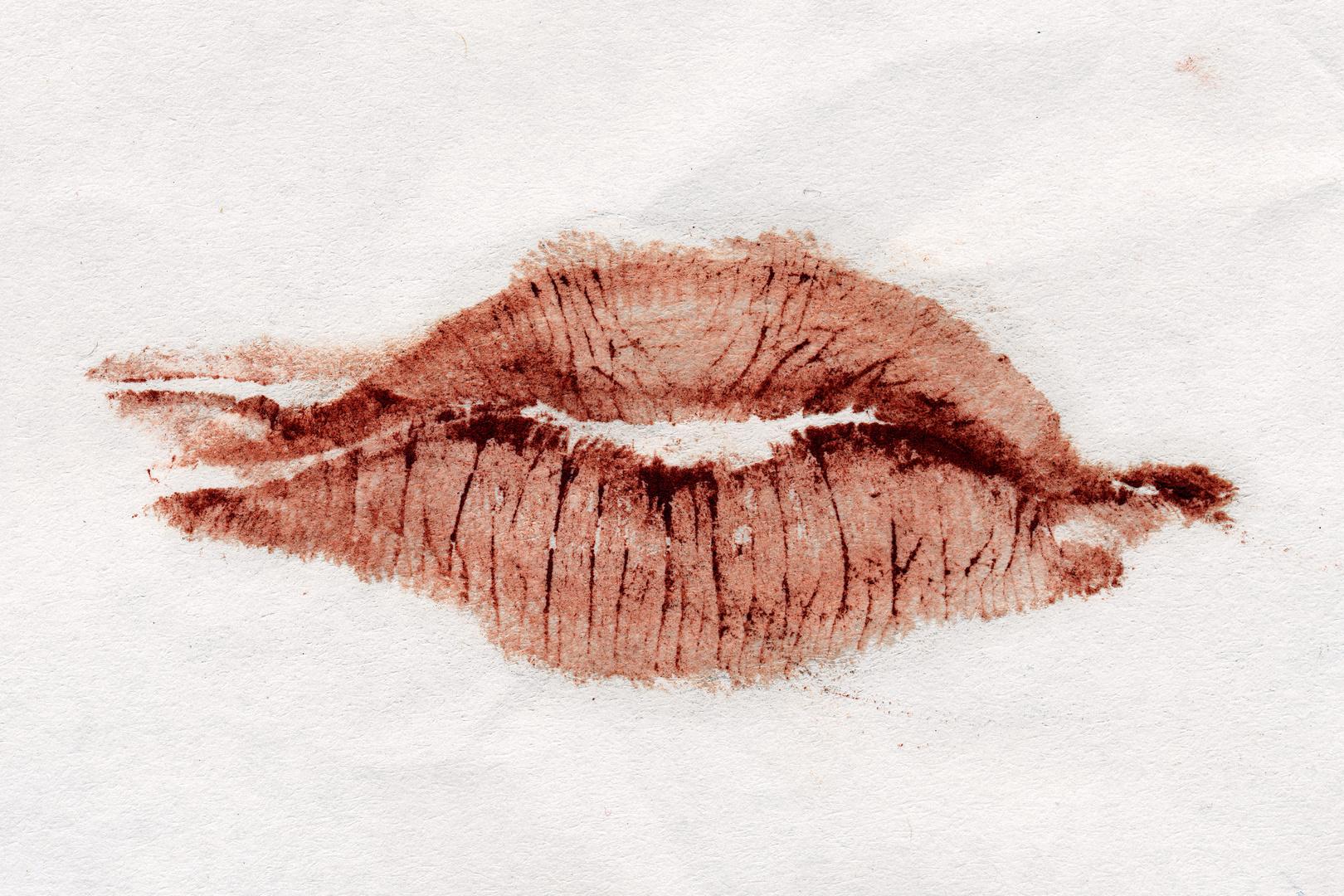 Lippenstift auf Papier