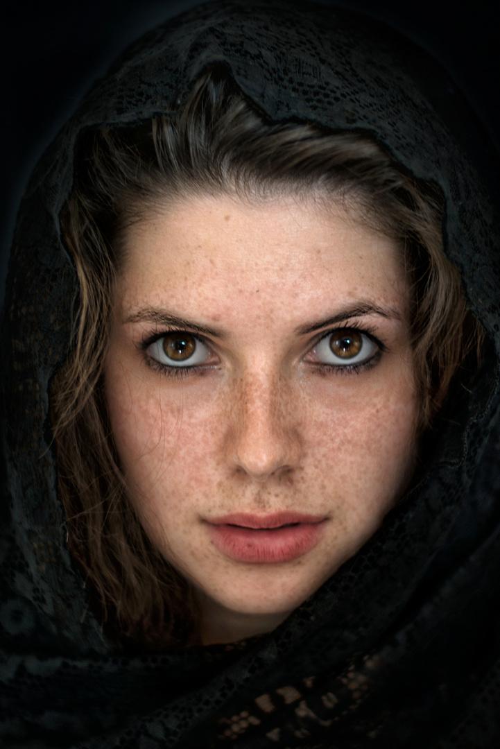 Lisa mit schwarzem Tuch