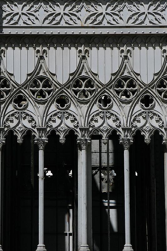 Lisboa - neogotische Details am Elevator
