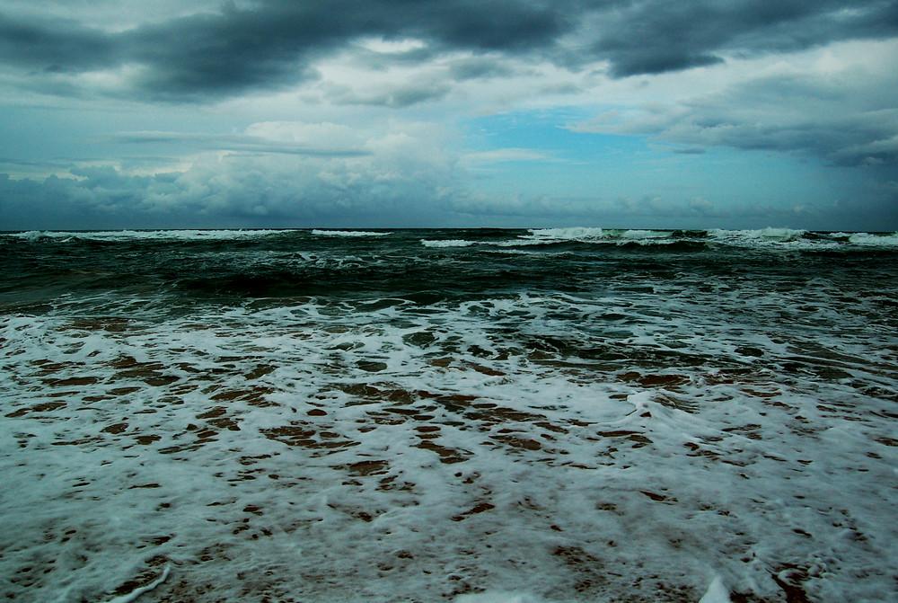 living on the beach/tsunami5 / 2009