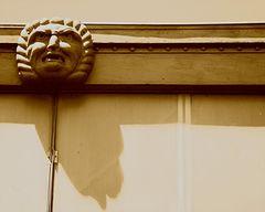 Livorno Detail am Dach eines Bahnsteigs