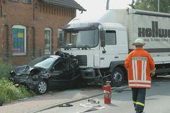 Lkw schiebt Kleinwagen um die Hälfte zusammen