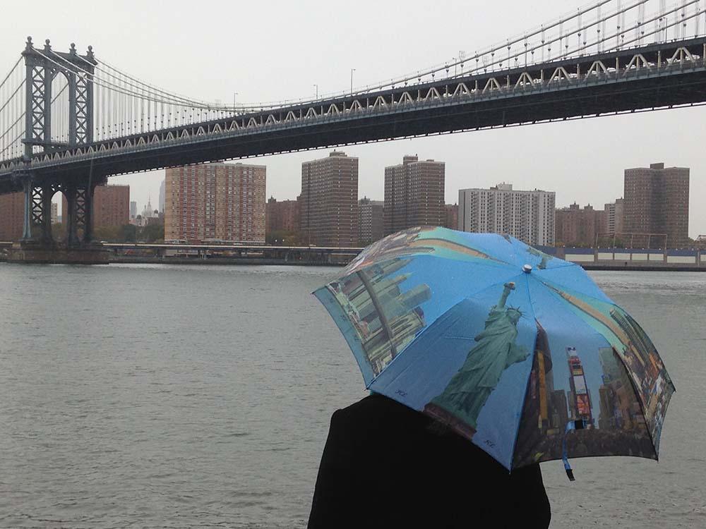 lloviendo bajo el puente de Manhattan