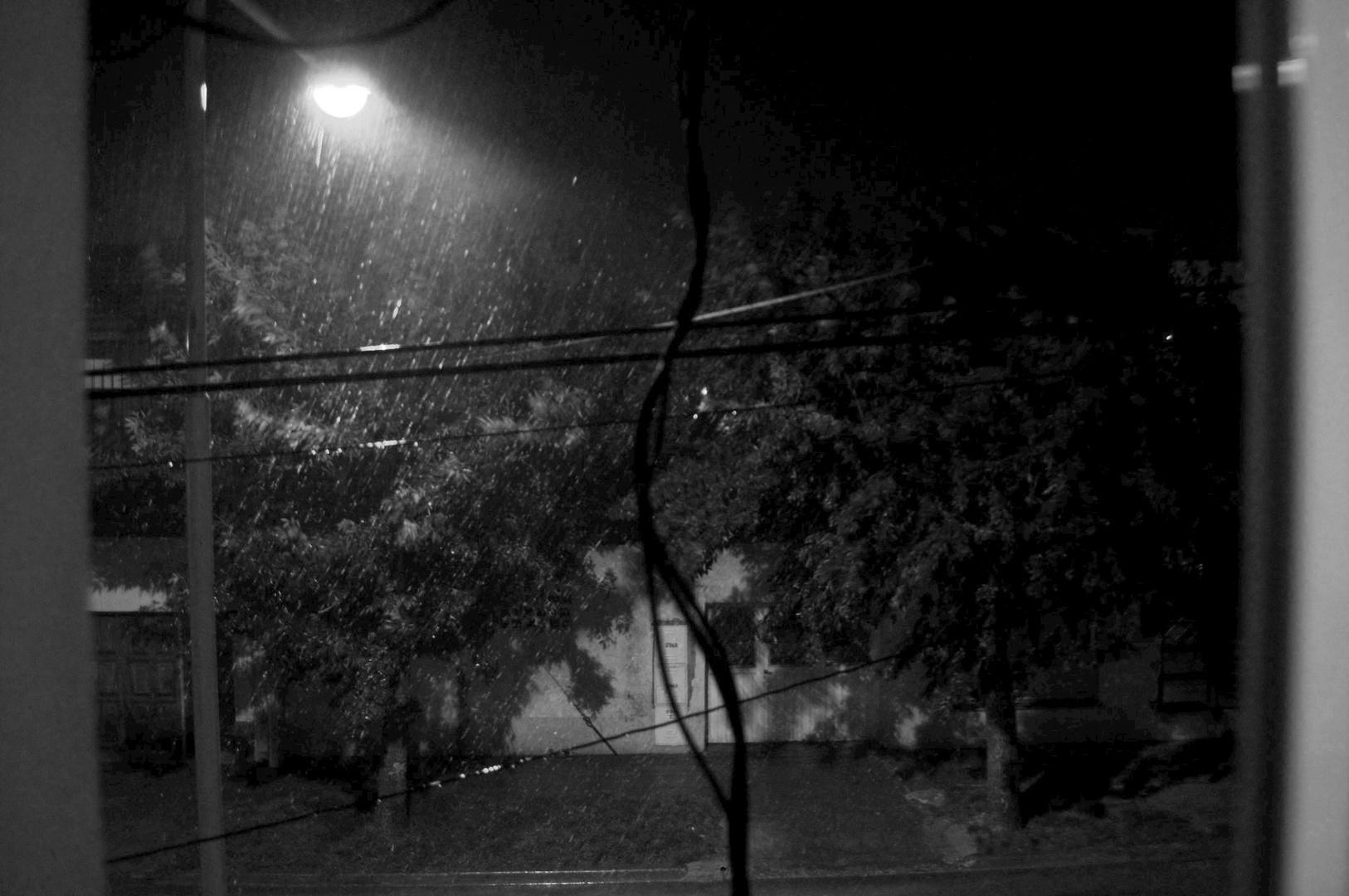 lluvia contra farol