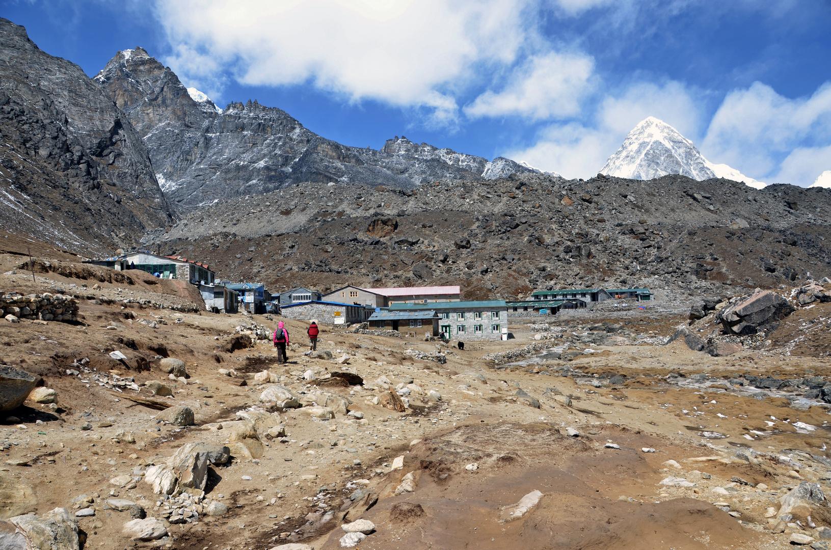 Lobuche im Khumbu (4930 m) mit dem Pumori (7161 m).