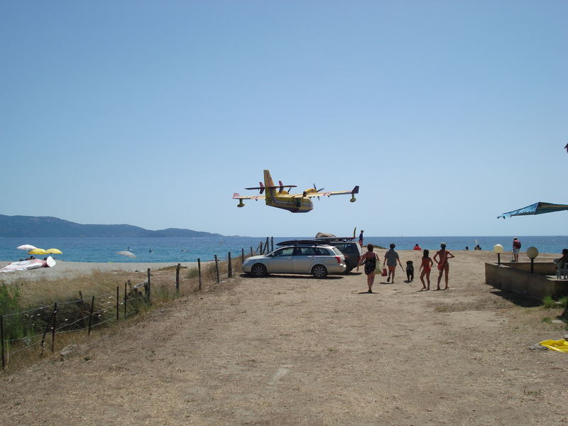 Löschflugzeug beim Anflug zum Auftanken