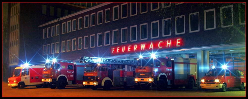 Löschzug der Berufsfeuerwehr Gelsenkirchen vor der Feuerwache 1