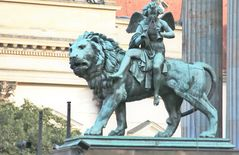 Löwe trägt musizierenden Engel