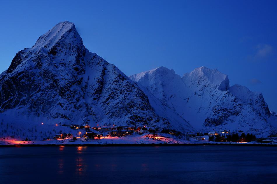 Lofoten im Winter – Über dem kleinen Dorf kehrt die Nachtruhe ein
