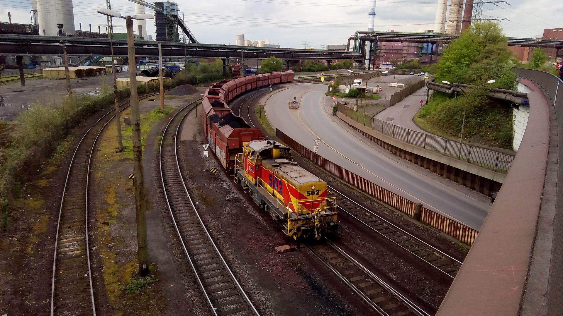 Lok 502 mit Kohlenwagen   Duisburg Schwelgern  April 2018