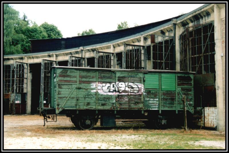 lokschuppen mit altem güterwagen