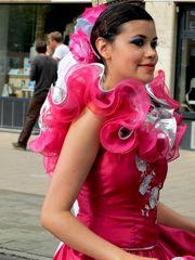 Lolita beim Straßenauftritt