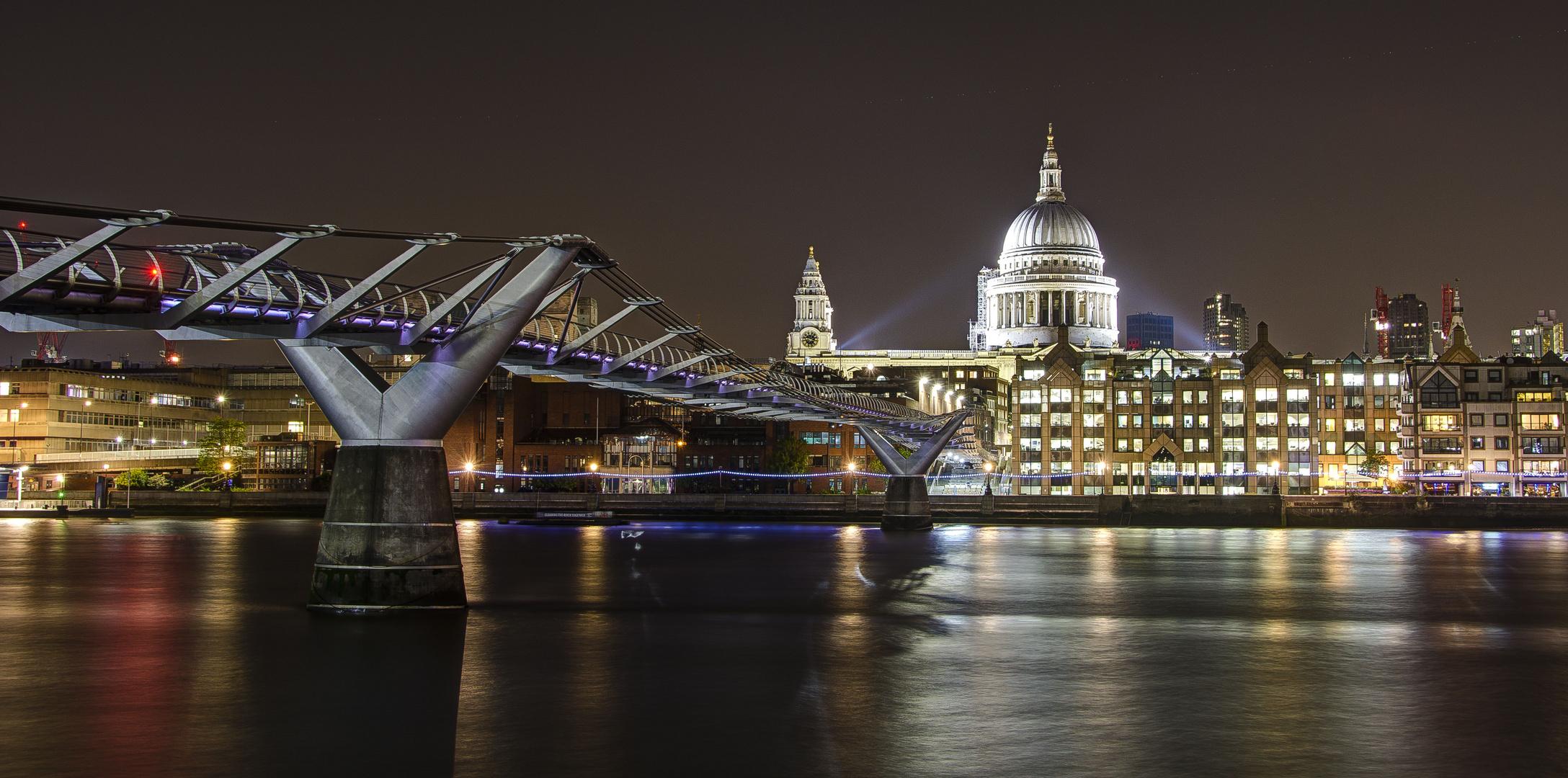 London - Millenium Bridge & St Pauls Cathedral - 03