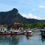 Longtailboote im Hafen von Noppharat Tara