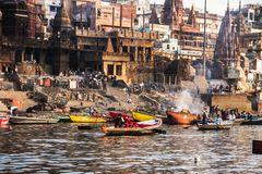 Los colores de la vida y la muerte en el rio sagrado