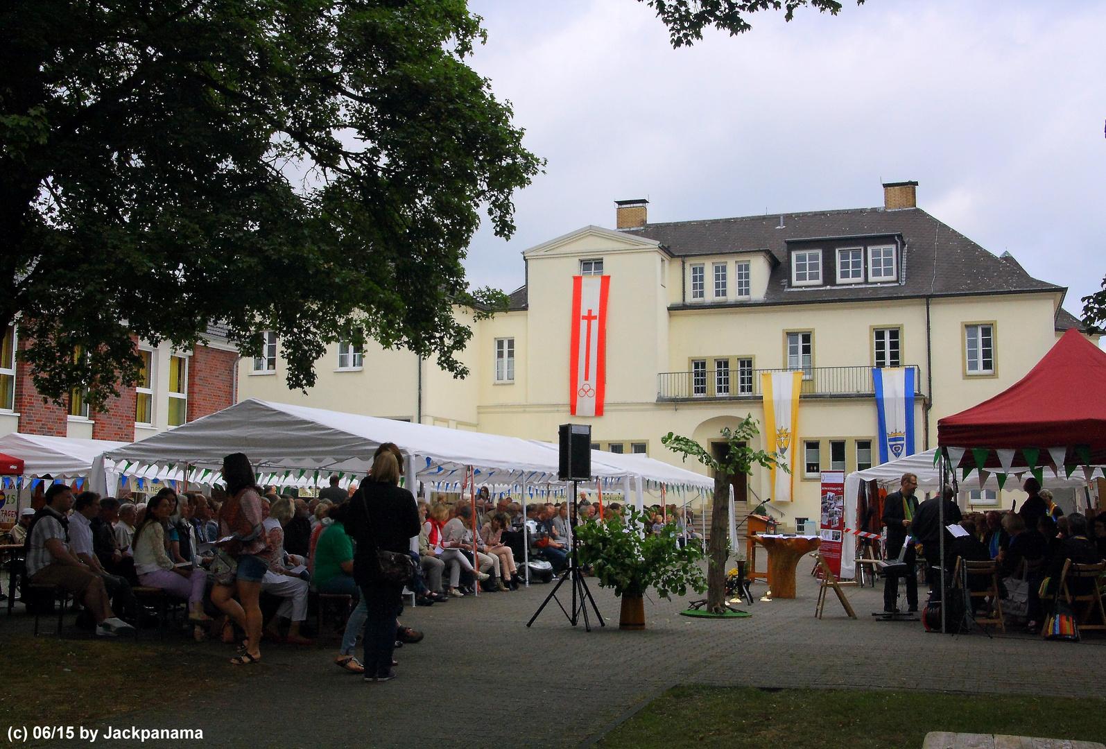 Los ging es mit der Heiligen Messe mit über 400 Gästen im Innenhof des Klosters.