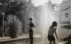 Los niños y la fuente