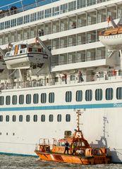 "Lotsenboot am Kreuzfahrtschiff ""Artania"""