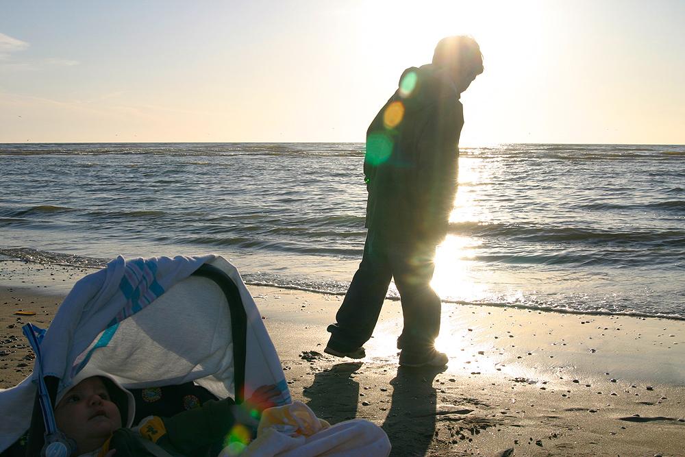Louis am Strand mit Tim im Sonnenuntergang