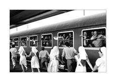 < Lourdes - eine Wallfahrt > Abreise der Pilger.