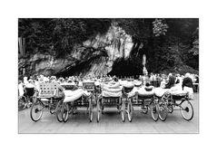 < Lourdes - eine Wallfahrt > vor der Grotte