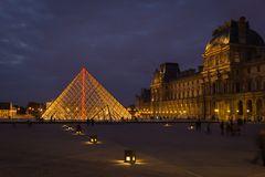 Louvre in Paris mit seiner Pyramide