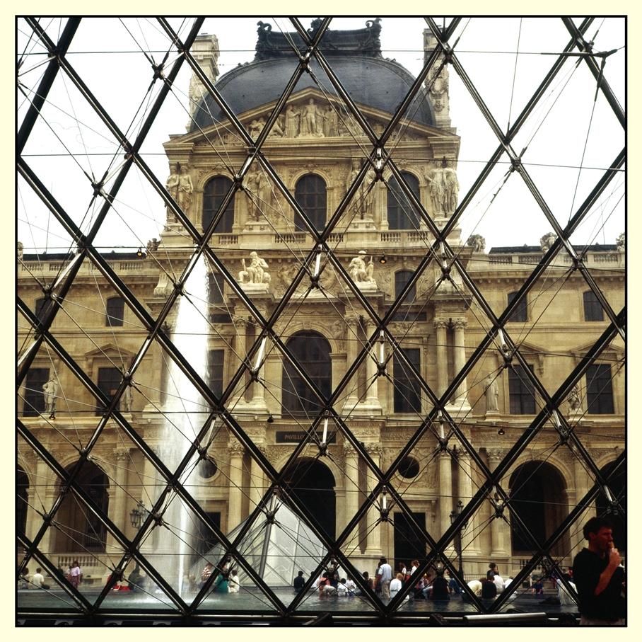 Louvre mit Pyramidenfragment