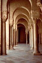 luci ed ombre tra le colonne di un tempio