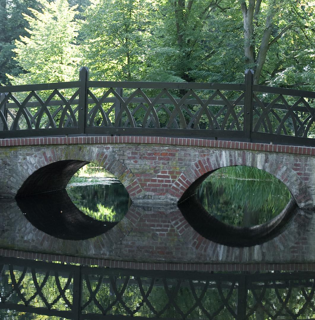 Ludwigslust 15: Über die spiegelnde Brücke